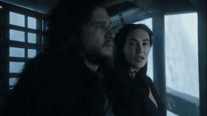 Jon Snow & Melisandre w pierwszym odcinku piątej serii Gry o tron