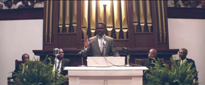 Martin Luter King - w jego roli David Oyelowo - przemawia, zdjęcie z filmu Selma