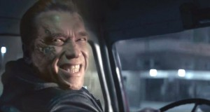 Arnold Schwarzenegger szczerzy zęby w filmie Terminator: Genisys
