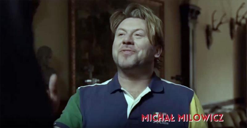 uśmiechnięty Michał Milowicz w kolejnym okropnym filmie