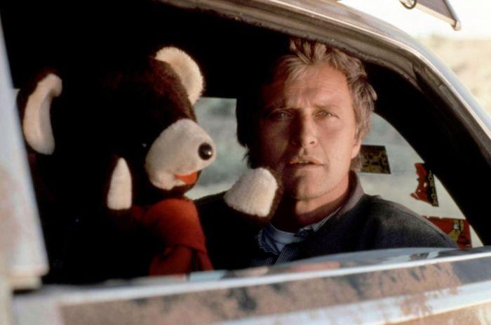 Rutger Hauer z misiem w filmie Autostopowicz.