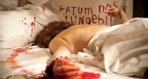 Zakrwawiony trup kobiety.