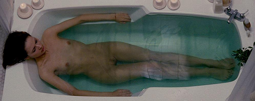 """- Co by tu robić...? Wiem, wykąpię się! - Martina Garcia (lat 31 :P) w filmie """"La cara oculta""""."""