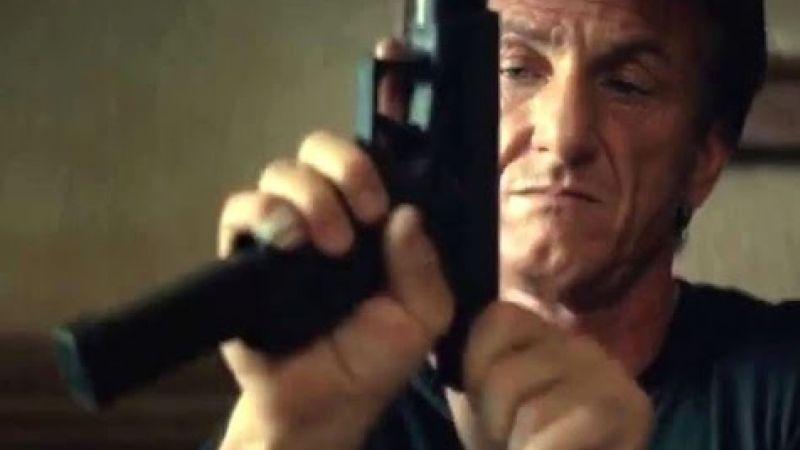 Sean Penn przeładowuje broń w filmie Gunman: Odkupienie