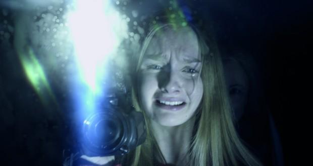 Zapłakana Olivia DeJonge trzyma kamerę