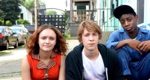 bohaterowie filmu Earl i ja i umierająca dziewczyna siedzą na schodach.