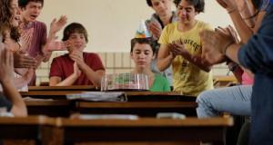 urodziny z obrzydliwym tortem, koledzy prześladują Alejandrę (Tessa Ia) bohaterkę filmu Pragnienie miłości After Lucia