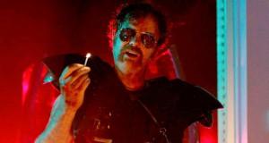 Rainn Wilson trzyma zapaloną zapałkę w filmie Cooties - recenzja