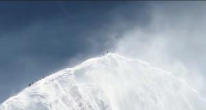 Himalaiści wspinają się na szczyt Everestu.