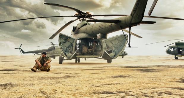 żołnierz siedzący na pustyni a w tle helikopter - recenzja filmu Karbala