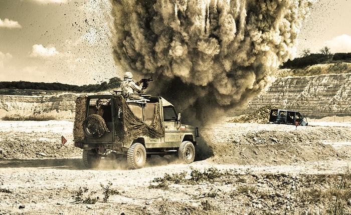 Wybuch miny na poboczu drogi przed polskim wozem opancerzonym.