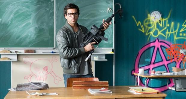 Elyas M'Barek trzyma karabin w klasie