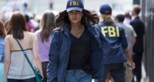 serial Quantico i jego bohaterka Priyanka Chopra w czapce z daszkiem z napisem FBI