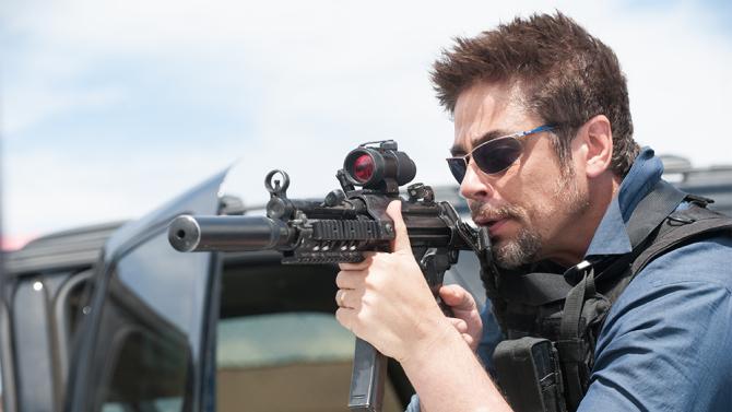 Benicio Del Toro strzela z karabinu w filmie Sicario