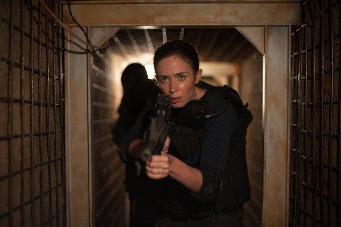 Emily Blunt z karabinem idzie tunelem wykopanym przez handlarzy narkotyków