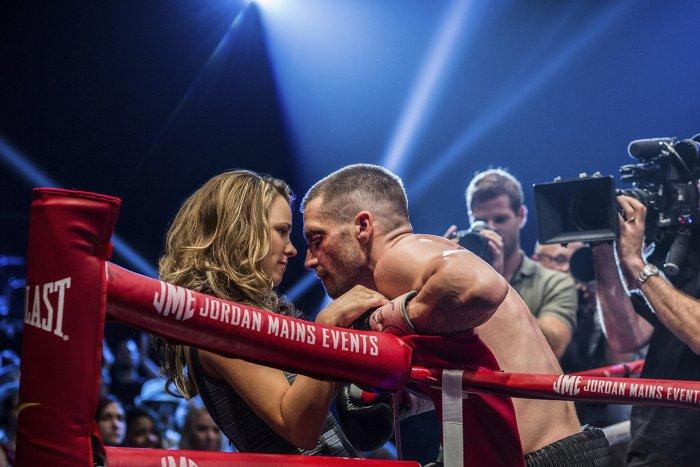 Rachel McAdams przytula Jake'a Gyllenhaala w filmie Southpaw. Recenzja filmu Do utraty sił.