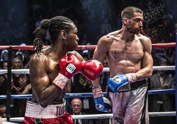 Jake Gyllenhaal walczy na ringu i mocno krwawi.