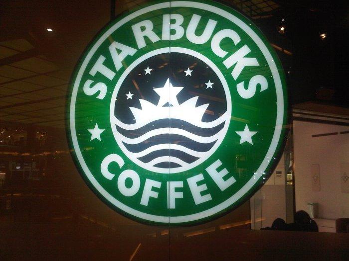 Logo Starbucks w kawiarni w pobliżu Al-Kaby w Mekce