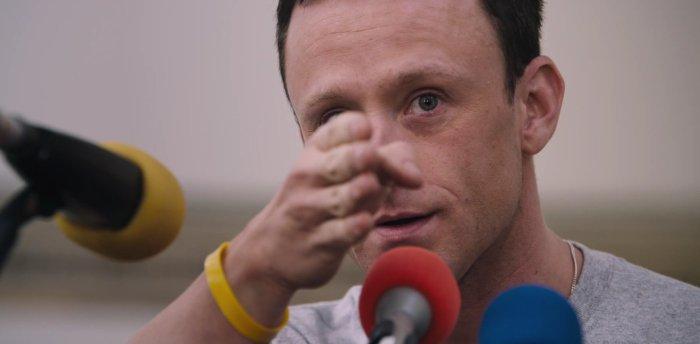 Ben Foster pokazuje dłonią w dal, recenzja filmu Strategia mistrza
