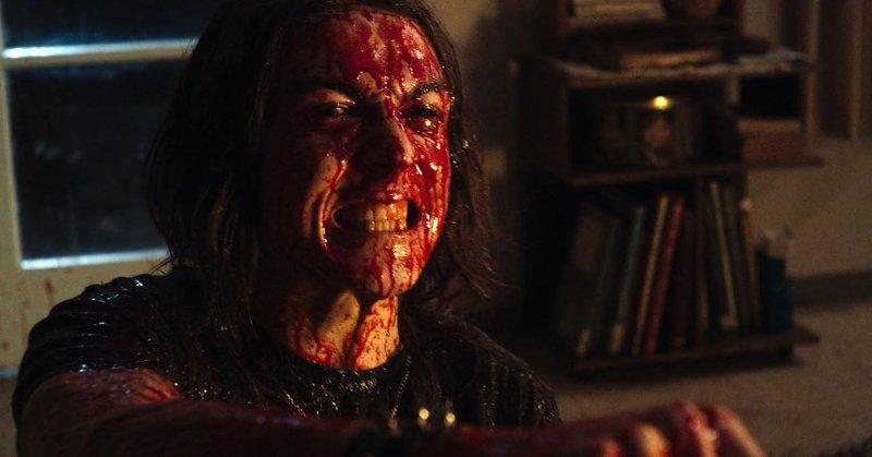 Bohater filmu Deathgasm cały we krwi