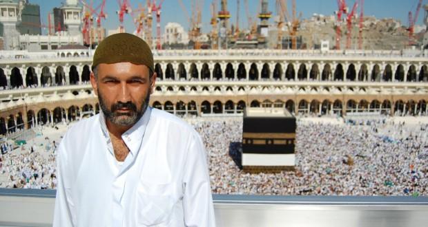 Parvez Sharma na tle Al-Kaby w filmie Grzesznik w Mekce A Sinner in Mekka