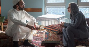 Homeland 5x01 Claire Danes w roli Carrie Mathison rozmawia z brodatym mężczyzną