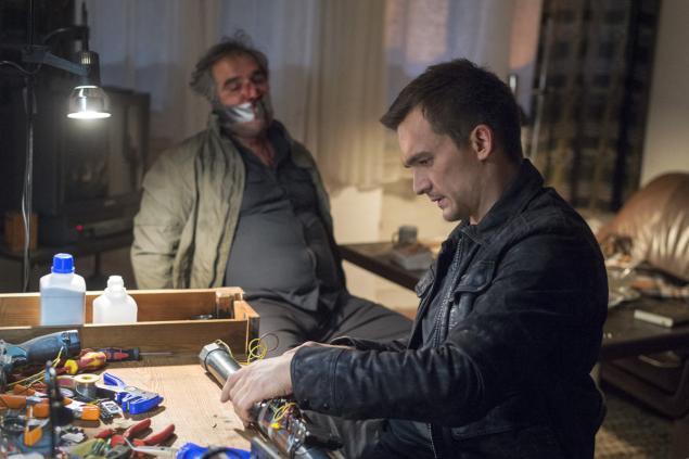 Homeland 5x01 Peter Quinn buduje bombę, a zakneblowany facet patrzy
