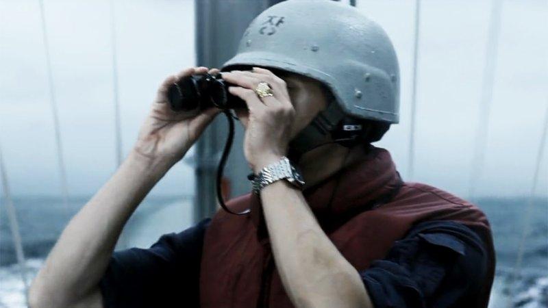 koreański żołnierz patrzy przez lornetkę - recenzja filmu Northern Limit Line