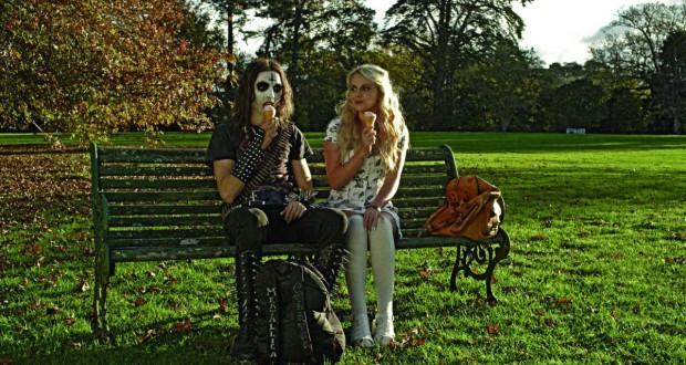 Metalowiec i pilna uczenninca siedzą na ławce i jedzą lody - recenzja filmu Deathgasm