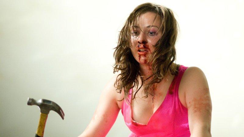 zakrwawiona dziewczyna w różowej sukience z młotkiem; recenzja filmu The Loved Ones