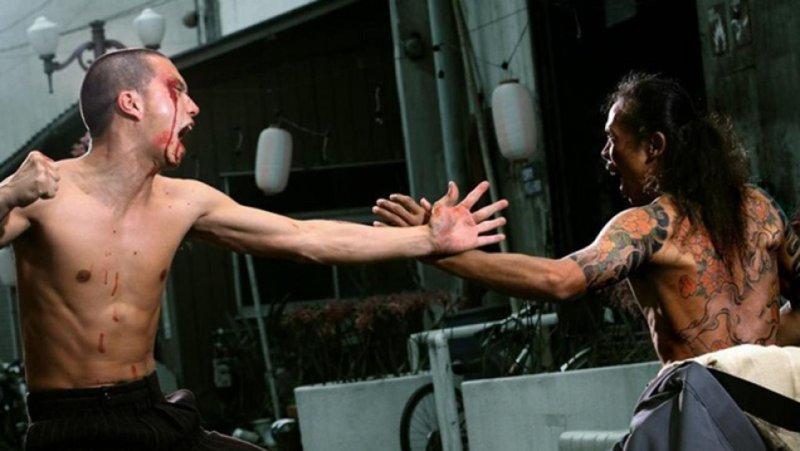 dwóch mężczyzn podczas walki jeden na jeden - recenzja filmu Yakuza Apocalypse