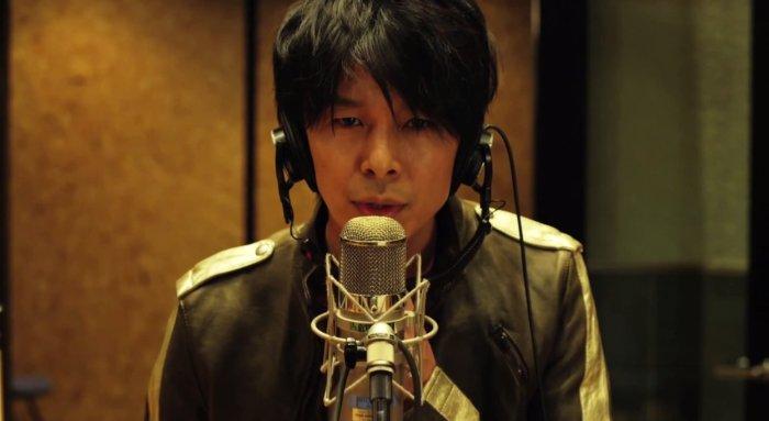 Hiroki Hasegawa w filmie Love & Peace stoi przy mikrofonie