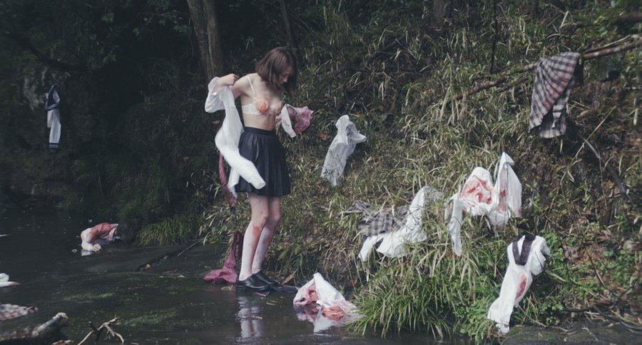 Reina Triendl w zakrwawionym biustonoszu w filmie tag