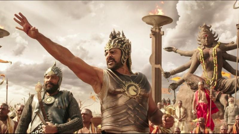 Prabhas w heroicznej pozie w filmie Bahubali: Początek