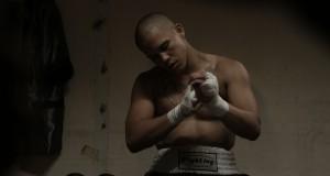 Bokser zakłada rękawice bokserskie, recenzja filmu Bestia