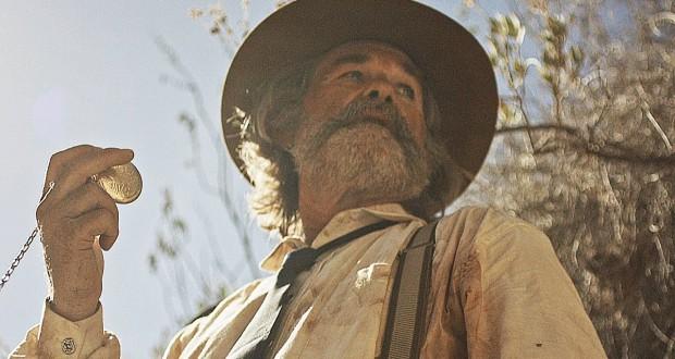 Kurt Russell w kapeluszu trzyma zegarek - recenzja filmu Bone Tomahawk
