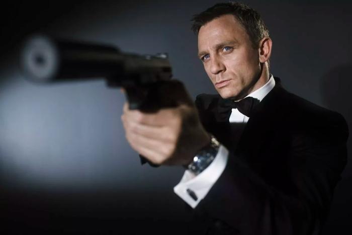 Daniel Craig celuje z pistoletu z tłumikiem