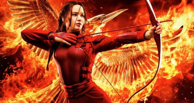 Jennifer Lawrence z łukiem jako Katniss Everdeen w filmie Igrzyska śmierci: Kosogłos. Część 2