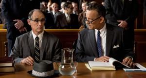 Mark Rylance i Tom Hanks na sali sądowej w filmie Stevena Spielberga Most szpiegów