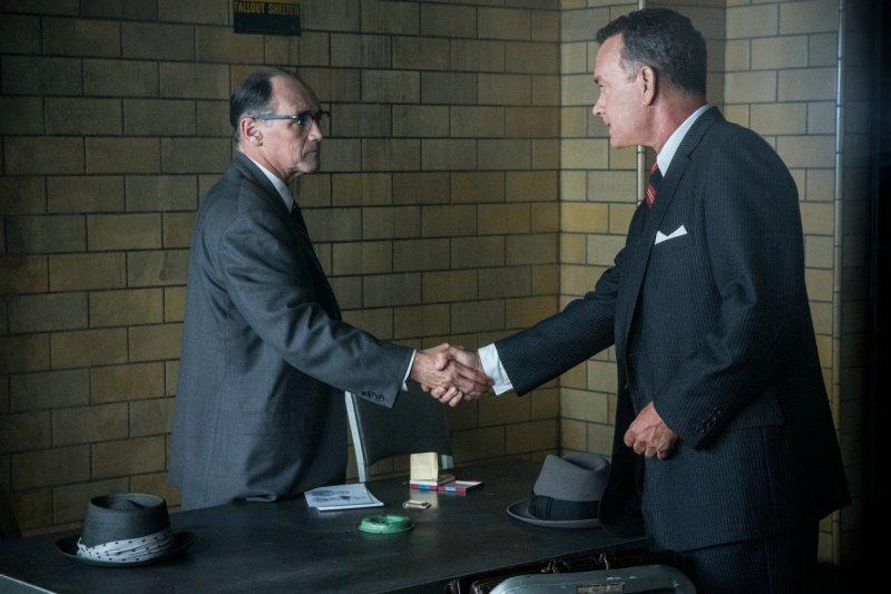 Tom Hanks wita się z Markiem Rylance w pokoju przesłuchań - recenzja filmu Most szpiegów