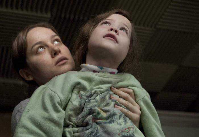 matka trzyma w ramionach syna - recenzja filmu Pokój