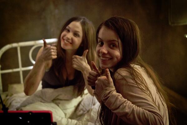 dwie młode dziewczyny pokazują kciuki w górę