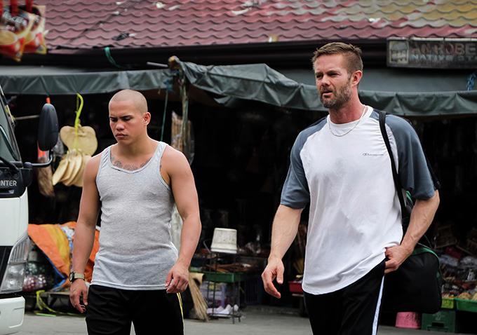 Chad McKinney i Garret Dillahunt idą ulicą Manili, recenzja filmu Bestia
