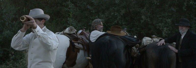 Matthew Fox patrzy przez lunetę w filmie Bone Tomahawk
