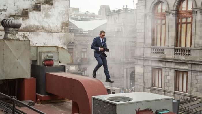 James Bond z karabinem skacze po dachach