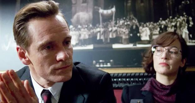 na zamyślonego Michaela Fassbendera w roli Steve'a Jobsa patrzy Kate Winslet w roli Joanny Hoffman.