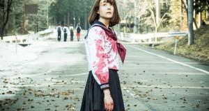 Tag - Zakrwawiona japońska licealistka w zakrwawionym mundurku patrzy w niebo