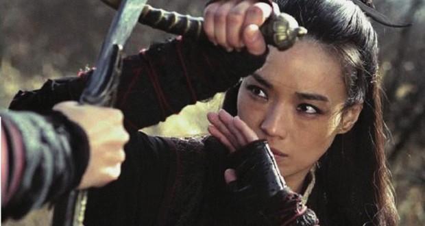 Qi Shu zasłania się przed atakiem przeciwnika - recenzja filmu Zabójczyni