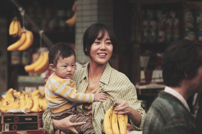 Yunjin Kim trzyma w ramionach dziecko - Oda do mojego ojca recenzja filmu