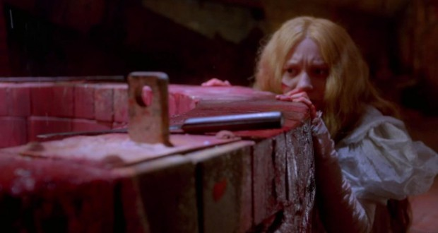 Mia Wasikowska chowa się za studnią, recenzja filmu Crimson Peak. Wzgórze krwi